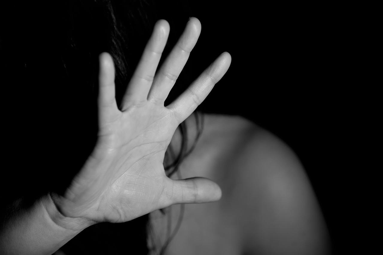 Primer plano de la mano de una persona que se tapa su cara.
